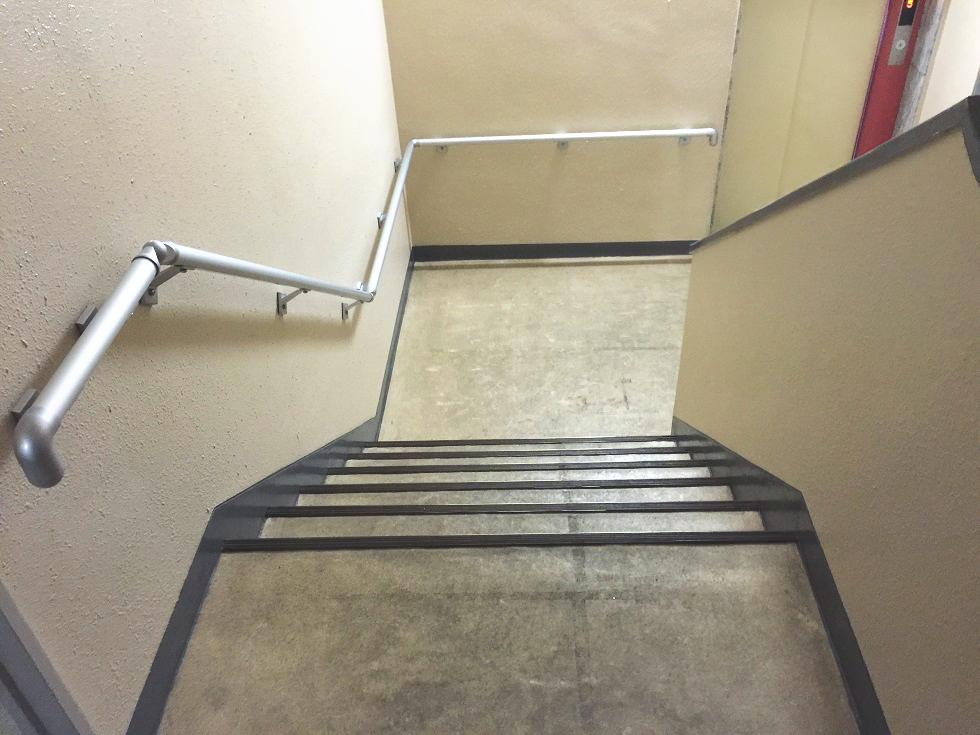 マンション階段手すりの施工事例01