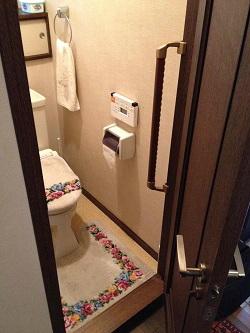 TOTOトイレのドア枠手すり(施工例17)