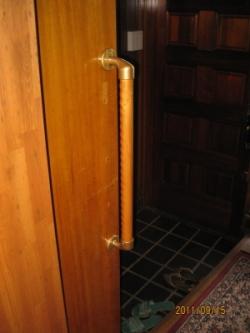 玄関のTOTO縦手すり(施工例24)