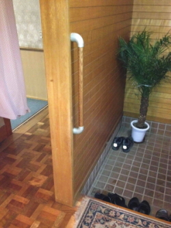 玄関のTOTO縦手すり(施工例21)