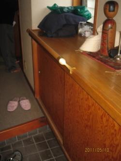 玄関のTOTO靴箱に取り付けたコーナー手すり(施工例19)
