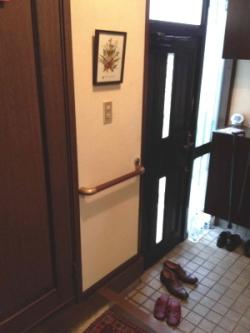 玄関のTOTOドア枠外側に取り付けた手すり(施工例18)