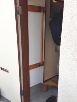 玄関のTOTO縦手すり(施工例8)