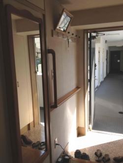 玄関のTOTO縦手すり(施工例6)