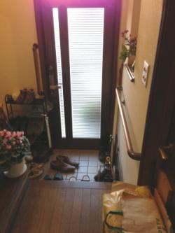 玄関のTOTO横手すり(施工例4)