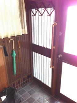 玄関のTOTO縦手すり(施工例5)