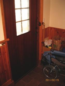 玄関のTOTO縦手すり(施工例2)