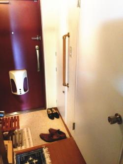 玄関のTOTO縦手すり(施工例1)