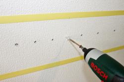 木ネジを壁に差し込む