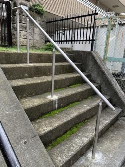 階段ステンレス手すり 取付工事画像