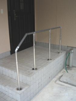 屋外のTOTO製階段手摺(施工例23)