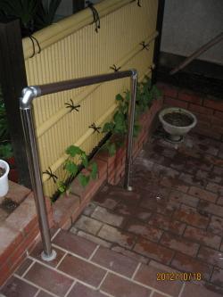 屋外のTOTO製階段手摺(施工例10)