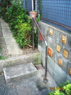 屋外のTOTO製支柱付手摺(施工例3)