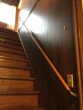 化粧ベニヤ壁の階段に手すり画像