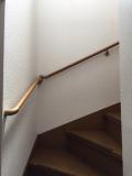 階段に木製手すり画像