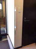 シンプルデザインの玄関手すり工事