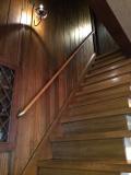 木板壁の雰囲気に合わせた手すり