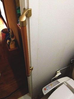 TOTOトイレのドア枠縦手すり(施工例16)