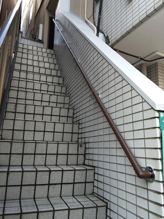 屋外アパート階段手すりの取付工事1