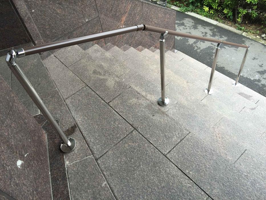 ビル階段手すりの取付工事2