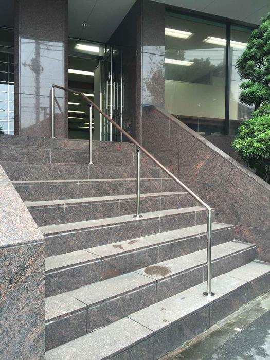 ビル階段手すりの取付工事1
